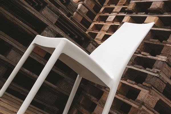 Sedia in polipropilene rinforzato con fibra di vetro. Impilabile, adatta all'uso esterno.