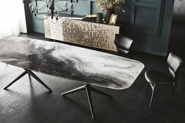Il tavolo Atlantis Crystalart, della collezione Cattelan Italia in esposizione